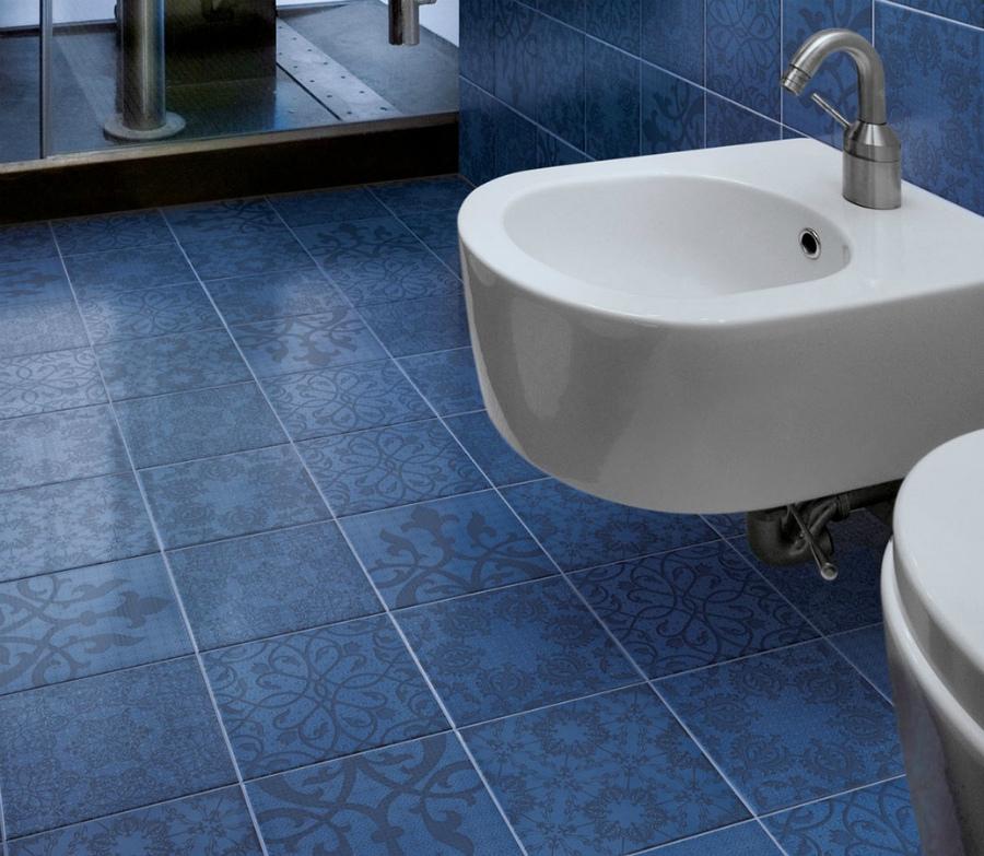 Виниловая плитка в небольшой ванной