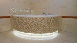 Оформлении экрана ванны с помощью плитки-мозаики
