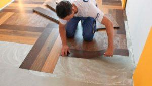 Уклада виниловой плитки клеевым способом.